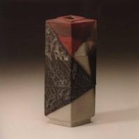 Rautenform mit Fuß und quadratischer Öffnung, oberer Teil rot, 1986
